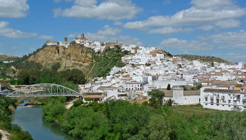 Perched on top of an impressive sandstone ridge, Arcos overlooks the meandering Rio Guadelete