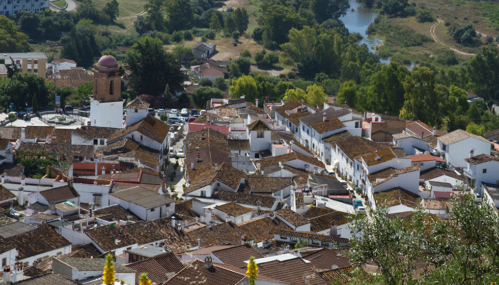 The town lies between two rivers, Hozgarganta and Guadiaro